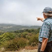 Unser Schutzgebiet reicht bis zum Horizont. Rainer Krefft zeigt die Gesamtfläche seines Regenwaldprojektes